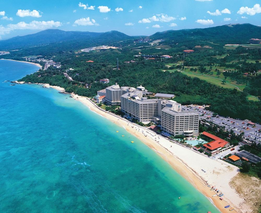 800mの白浜天然ビーチに隣接する沖縄最大級のビーチリゾートホテル【リザンシーパークホテル谷茶ベイ】